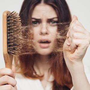 女性抜け毛~原因と対策とは!髪のボリュームアップで印象が変わる